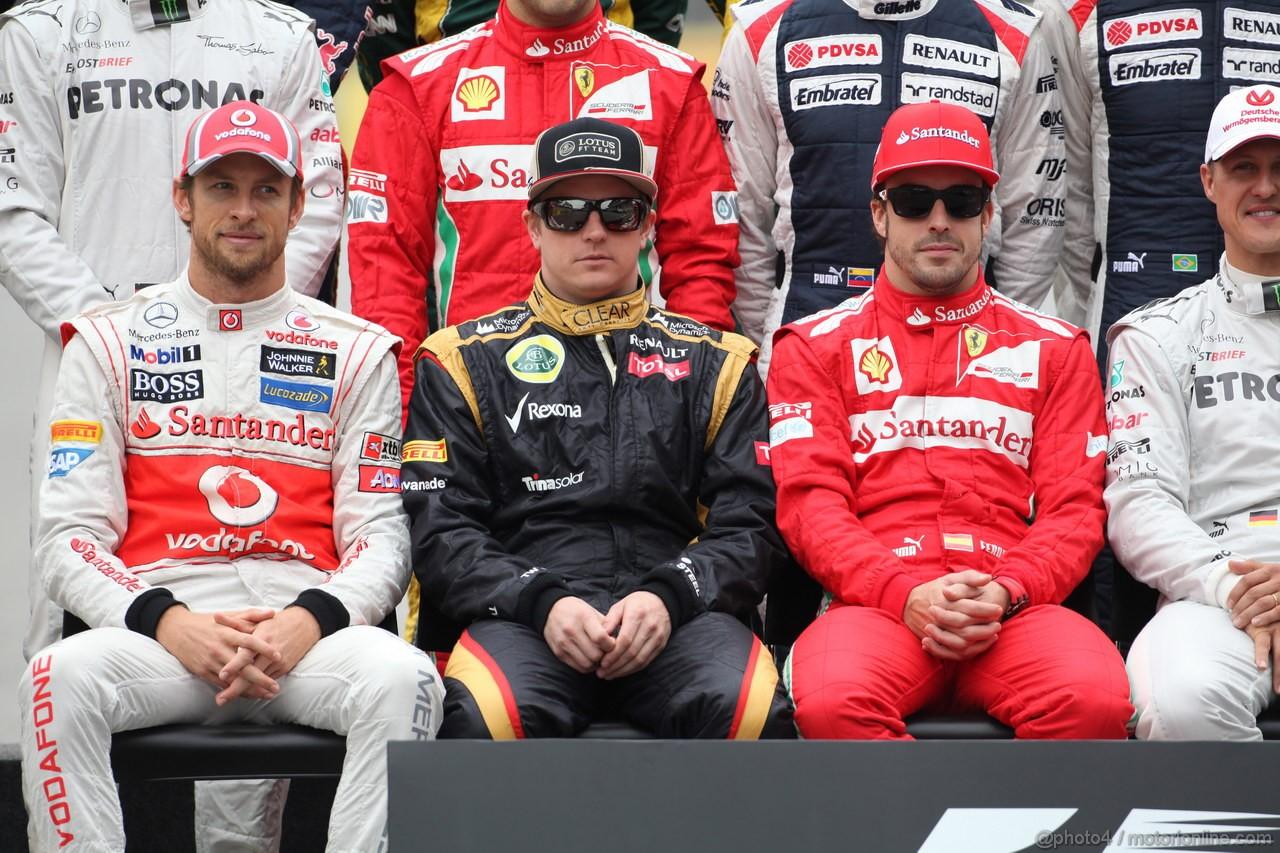 GP BRASILE, 25.11.2012- Drivers end of year group photograph, Jenson Button (GBR) McLaren Mercedes MP4-27, Kimi Raikkonen (FIN) Lotus F1 Team E20 e Fernando Alonso (ESP) Ferrari F2012