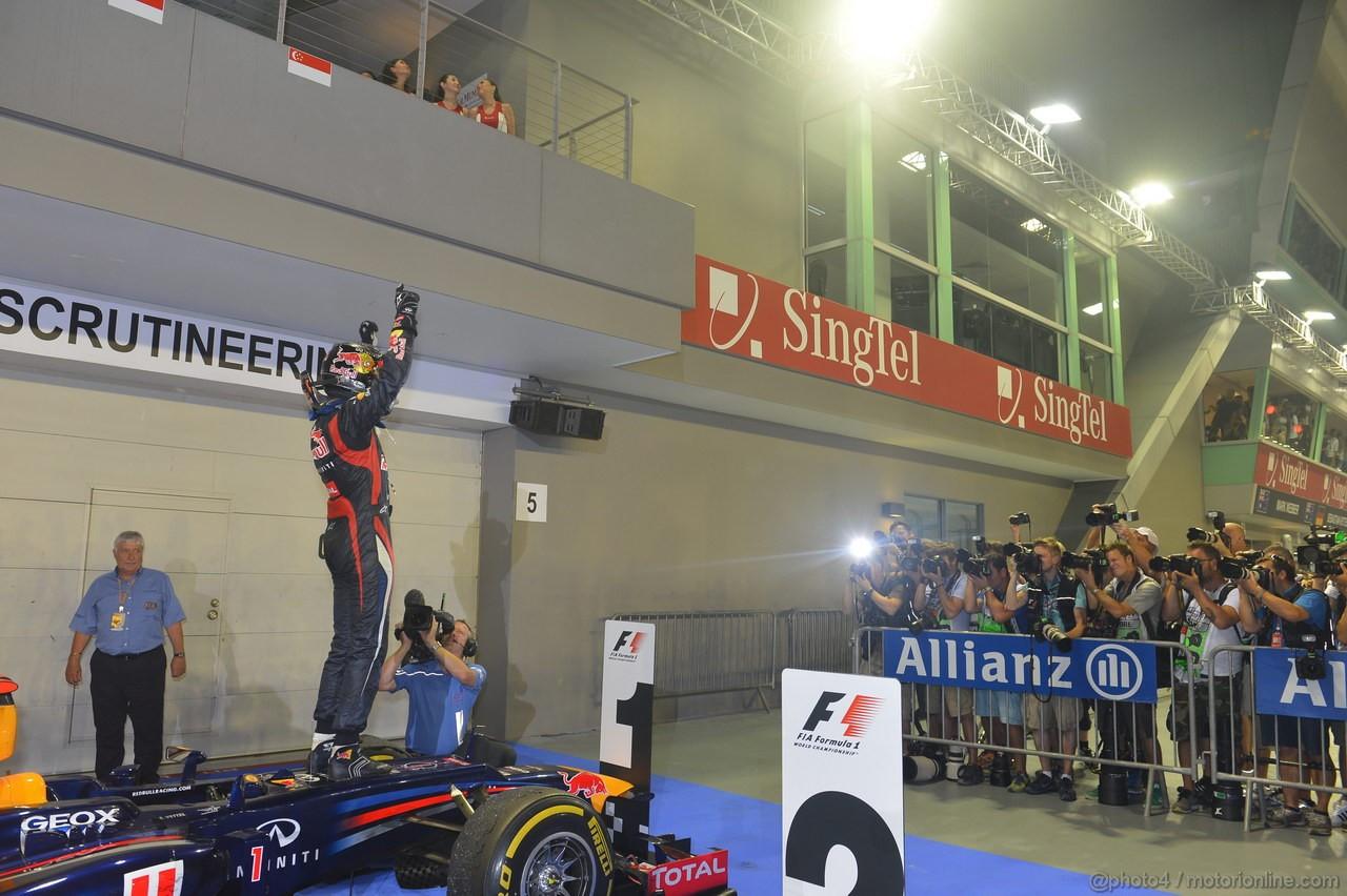 GP SINGAPORE, 23.09.2012 - Gara, Sebastian Vettel (GER) Red Bull Racing RB8 is celebrating the vicotry
