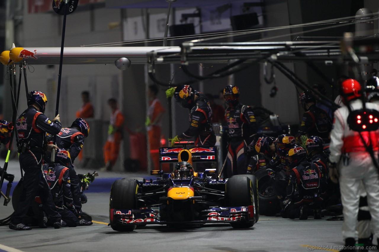 GP SINGAPORE, 23.09.2012 - Gara, Sebastian Vettel (GER) Red Bull Racing RB8 - pit stop