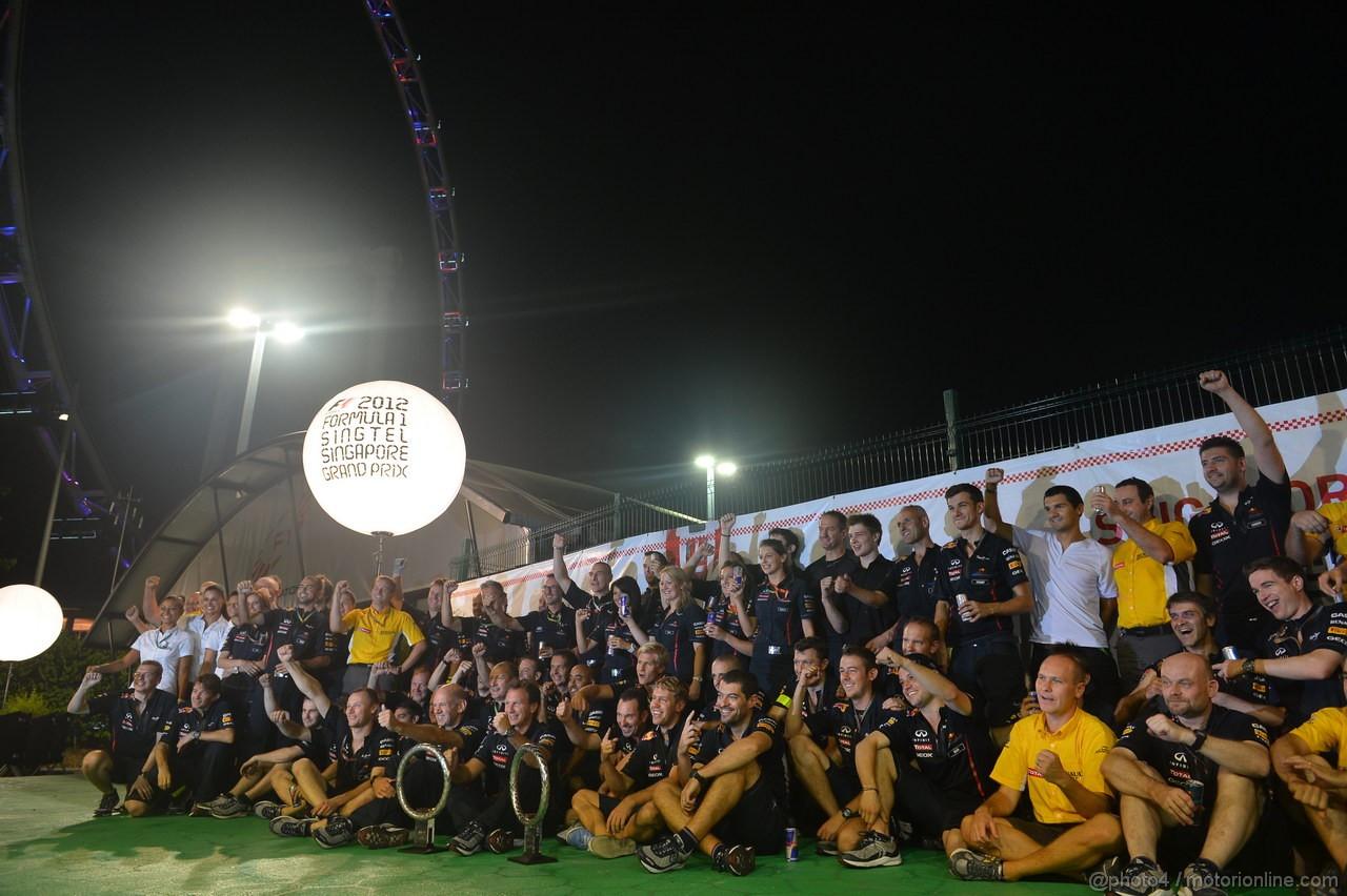 GP SINGAPORE, 23.09.2012 - Redbull team celebrate the vicotry of Sebastian Vettel (GER) Red Bull Racing RB8