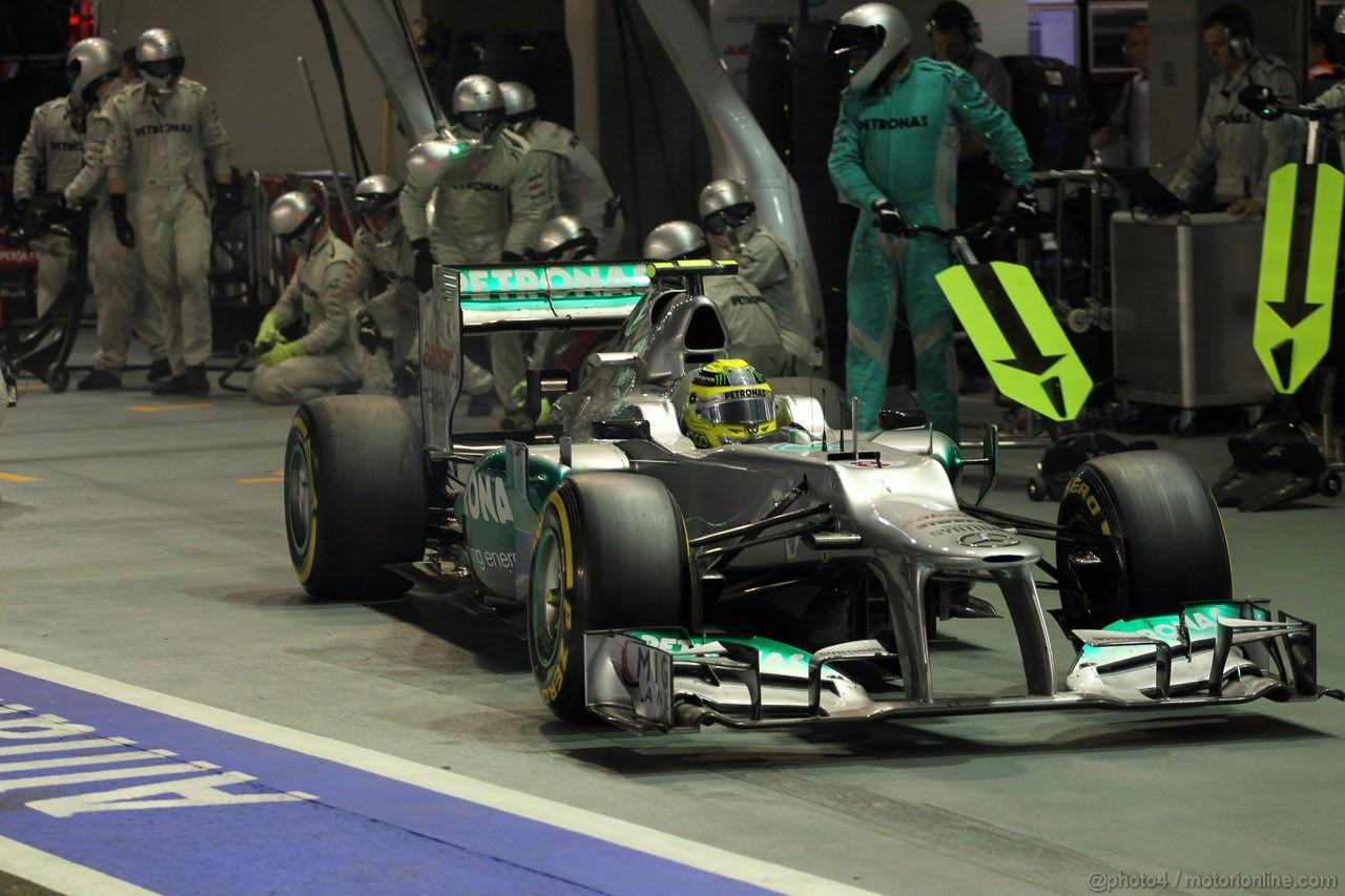 GP SINGAPORE, 23.09.2012 - Gara, Nico Rosberg (GER) Mercedes AMG F1 W03 pit-stop