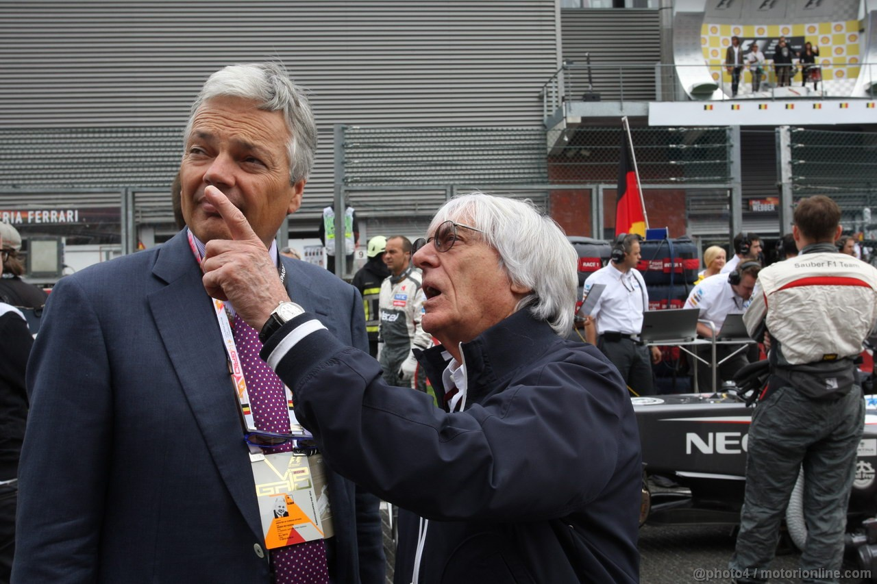 GP BELGIO, 25.08.2013-  Gara, Bernie Ecclestone (GBR), President e CEO of Formula One Management  has a look at greepeace members in the grand stand