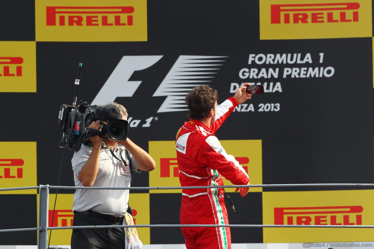 GP ITALIA, 08.09.2013- The Podium,2nd Fernando Alonso (ESP) Ferrari F138 take a picture of the fans