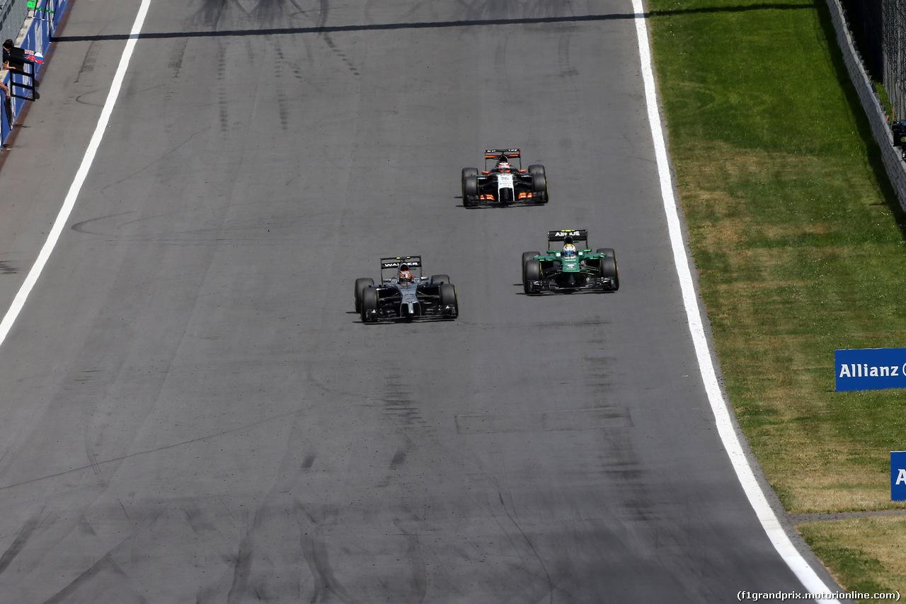 GP AUSTRIA, 22.06.2014- Gara, Kevin Magnussen (DEN) McLaren Mercedes MP4-29 e Marcus Ericsson (SUE) Caterham F1 Team CT-04