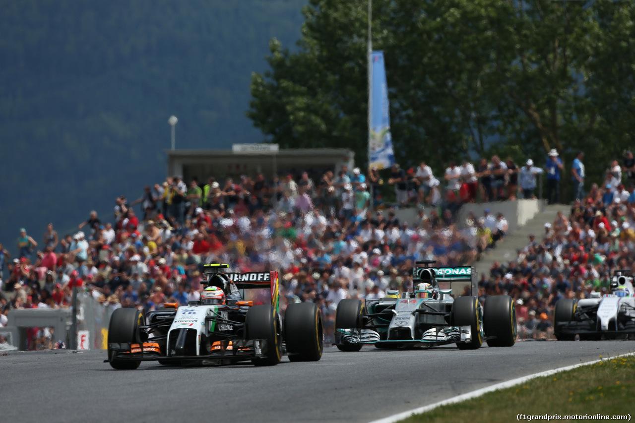 GP AUSTRIA, 22.06.2014- Gara, Sergio Perez (MEX) Sahara Force India F1 VJM07 e Lewis Hamilton (GBR) Mercedes AMG F1 W05