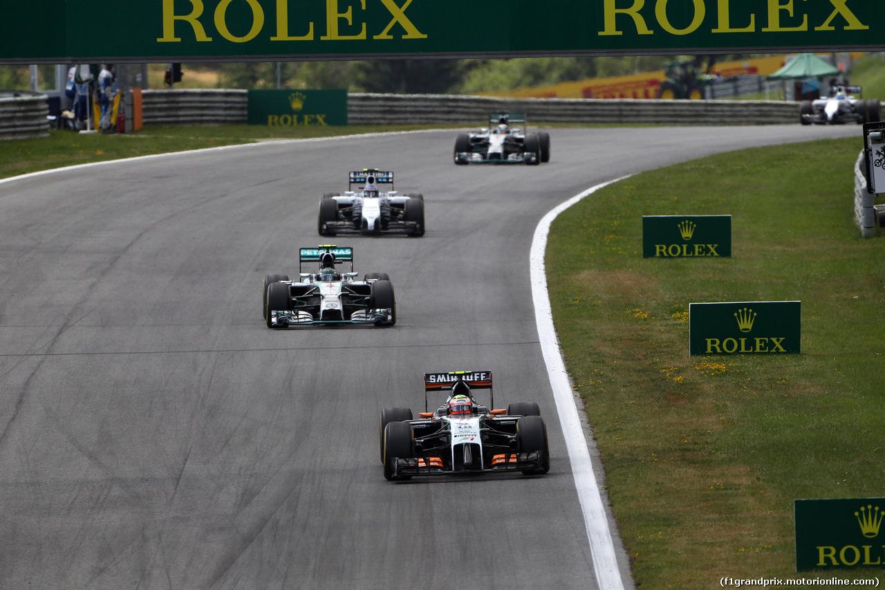 GP AUSTRIA, 22.06.2014- Gara, Sergio Perez (MEX) Sahara Force India F1 VJM07 davanti a Nico Rosberg (GER) Mercedes AMG F1 W05