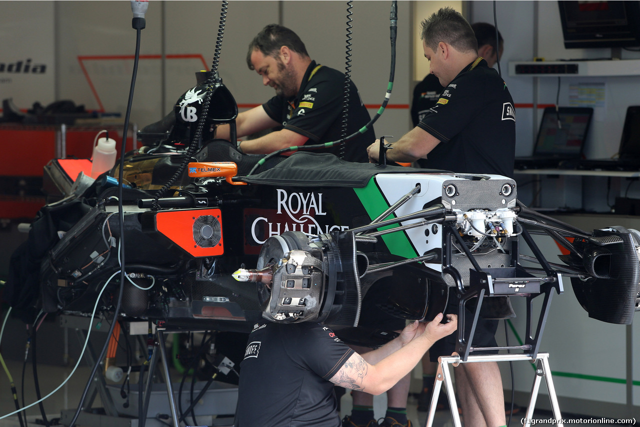GP AUSTRIA, 19.06.2014- Mechanics Force India work on the car