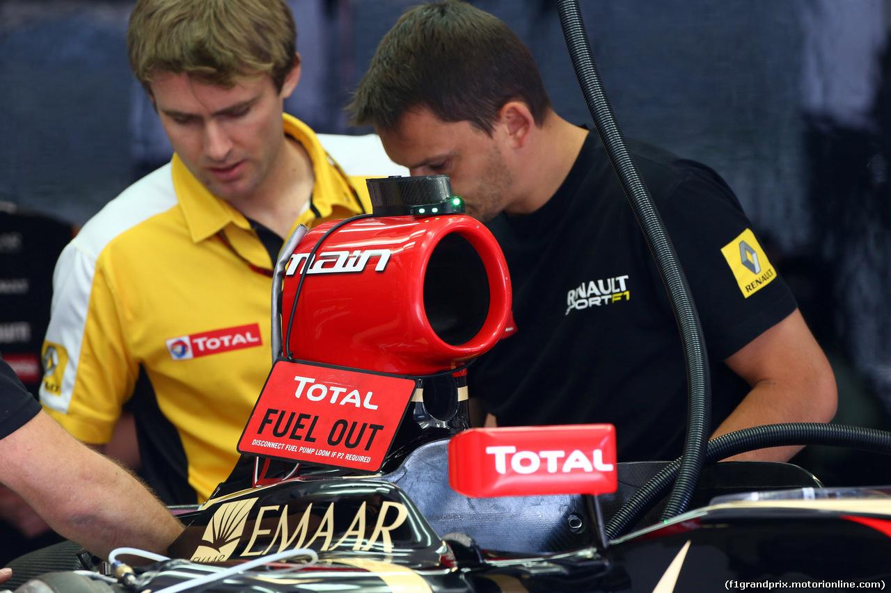 GP AUSTRIA, 19.06.2014- Mechanics work on the car