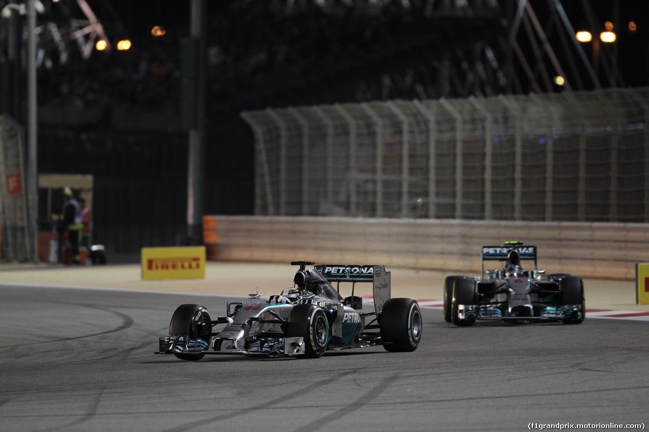 GP BAHRAIN, 06.04.2014- Gara, Lewis Hamilton (GBR) Mercedes AMG F1 W05 fighting with Nico Rosberg (GER) Mercedes AMG F1 W05