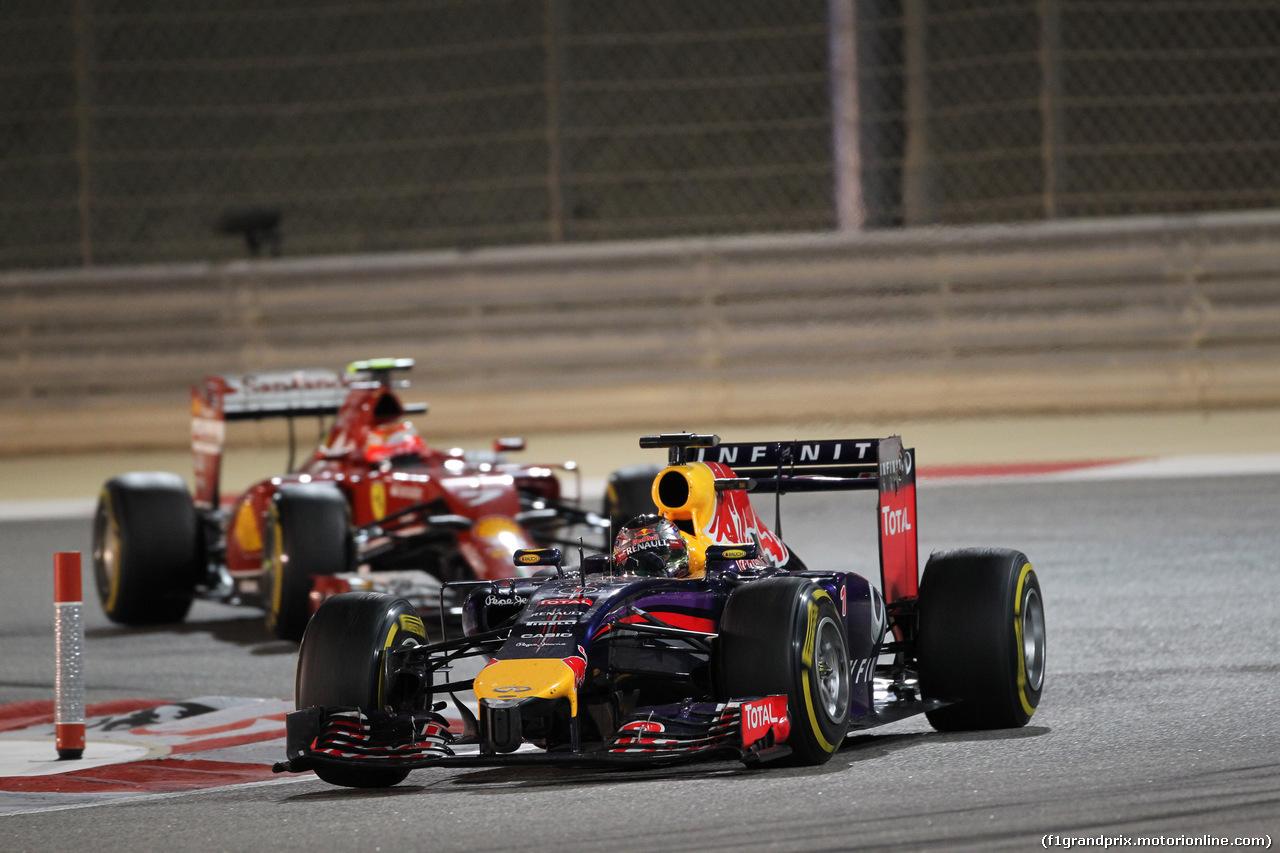 GP BAHRAIN, 06.04.2014- Gara, Sebastian Vettel (GER) Infiniti Red Bull Racing RB10 e Kimi Raikkonen (FIN) Ferrari F147