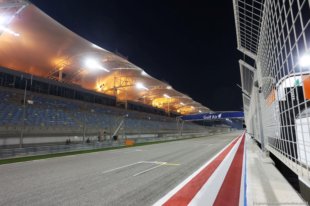 GP BAHRAIN, The pit straight under floodlights at night. 03.04.2014. Formula 1 World Championship, Rd 3, Bahrain Grand Prix, Sakhir, Bahrain, Preparation Day.