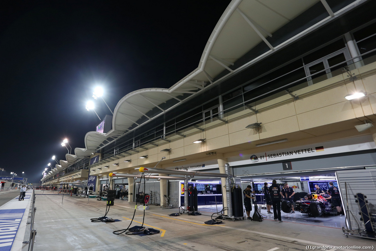 GP BAHRAIN, The Red Bull Racing pits under floodlights at night. 03.04.2014. Formula 1 World Championship, Rd 3, Bahrain Grand Prix, Sakhir, Bahrain, Preparation Day.