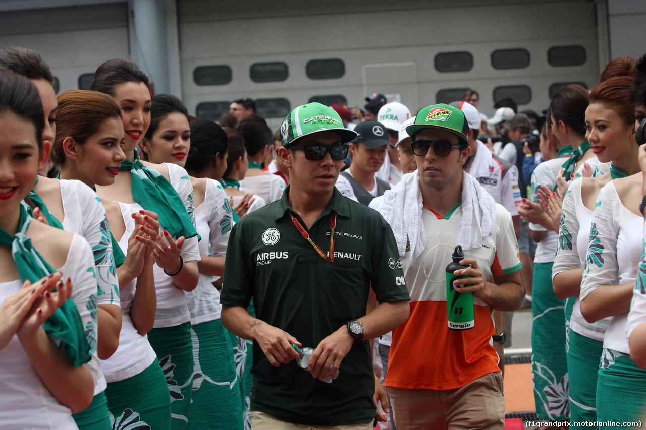 GP MALESIA, 30.03.2014 - (L-R) Romain Kamui Kobayashi (JAP) Caterham F1 Team CT-04 e Sergio Perez (MEX) Sahara Force India F1 VJM07