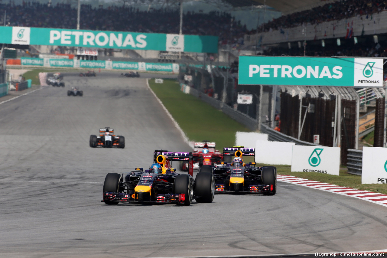 GP MALESIA, 30.03.2014 - Gara, Sebastian Vettel (GER) Red Bull Racing RB10 davanti a Daniel Ricciardo (AUS) Red Bull Racing RB10