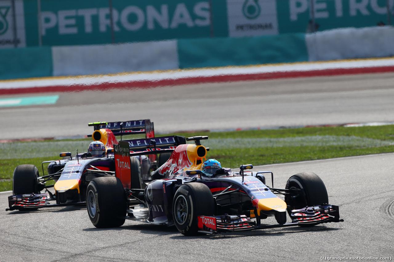 GP MALESIA, 30.03.2014 - Gara, Sebastian Vettel (GER) Red Bull Racing RB10 davanti a Nico Rosberg (GER) Mercedes AMG F1 W05