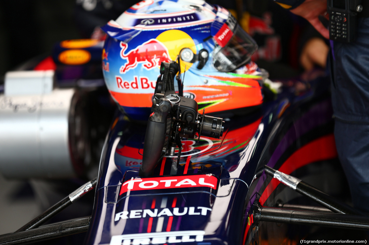 GP MALESIA, 30.03.2014 - Gara, The helmet e Steering wheel of Daniel Ricciardo (AUS) Red Bull Racing RB10