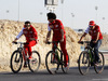 TEST F1 BAHRAIN 01 MARZO, Fernando Alonso (ESP) Ferrari (Right) on his bicycle rides the perimeter road around the circuit. 01.03.2014. Formula One Testing, Bahrain Test Two, Day Three, Sakhir, Bahrain.