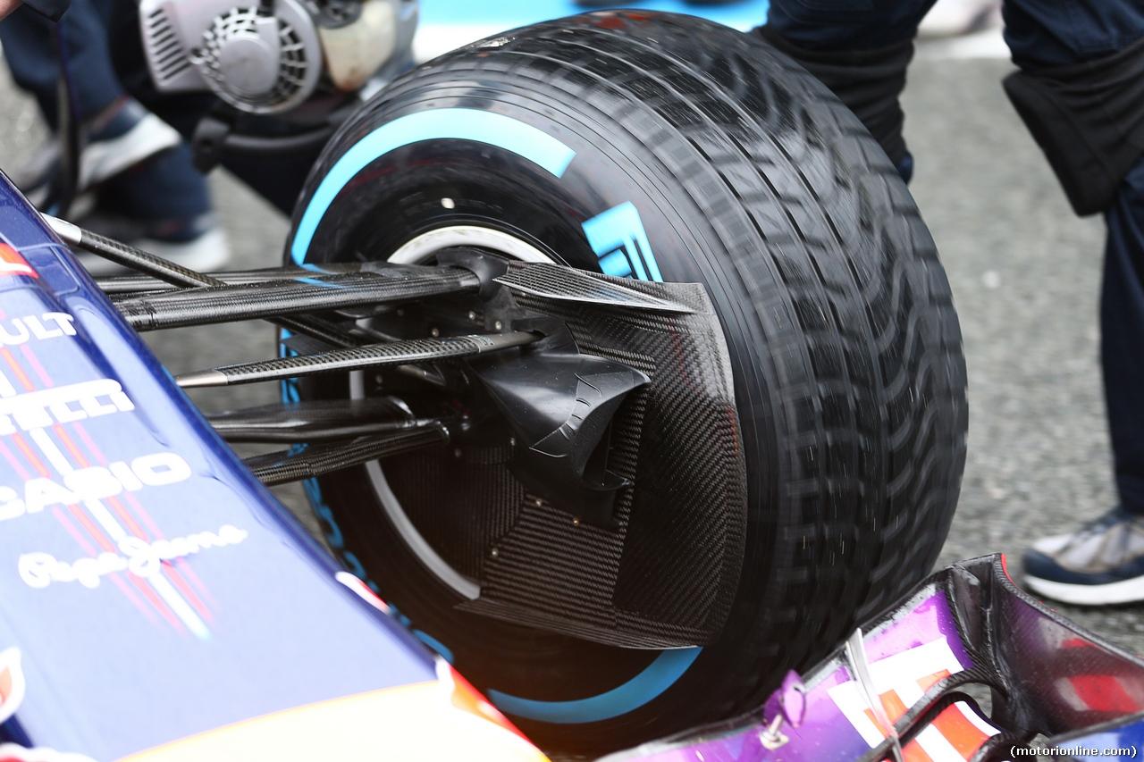 TEST F1 JEREZ 31 GENNAIO, Daniel Ricciardo (AUS) Red Bull Racing RB10 front suspension e brake duct detail. 31.01.2014. Formula One Testing, Day Four, Jerez, Spain.