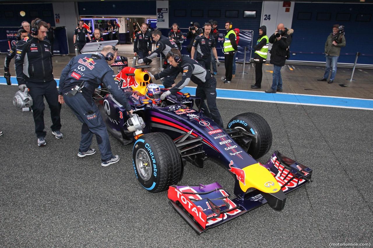 TEST F1 JEREZ 31 GENNAIO, Daniel Ricciardo (AUS) Red Bull Racing RB10 in the pits. 31.01.2014. Formula One Testing, Day Four, Jerez, Spain.