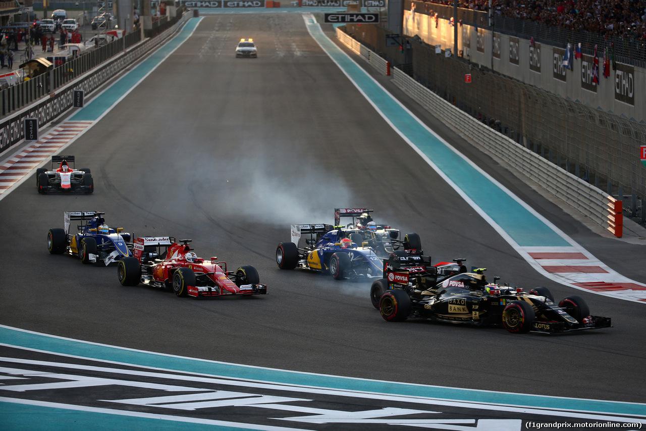 GP ABU DHABI, 29.11.2015 - Gara, Start of the race, Crash, Pastor Maldonado (VEN) Lotus F1 Team E23 e Fernando Alonso (ESP) McLaren Honda MP4-30