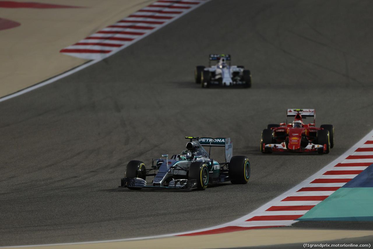 GP BAHRAIN, 19.04.2015 - Gara, Nico Rosberg (GER) Mercedes AMG F1 W06 davanti a Kimi Raikkonen (FIN) Ferrari SF15-T
