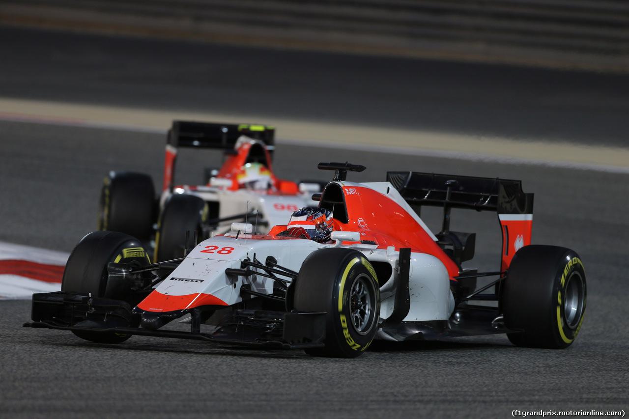 GP BAHRAIN, 19.04.2015 - Gara, William Stevens (GBR) Manor Marussia F1 Team davanti a Roberto Merhi (ESP) Manor Marussia F1 Team