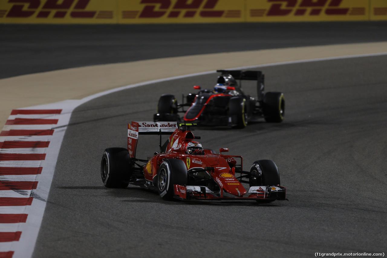 GP BAHRAIN, 19.04.2015 - Gara, Kimi Raikkonen (FIN) Ferrari SF15-T davanti a Fernando Alonso (ESP) McLaren Honda MP4-30