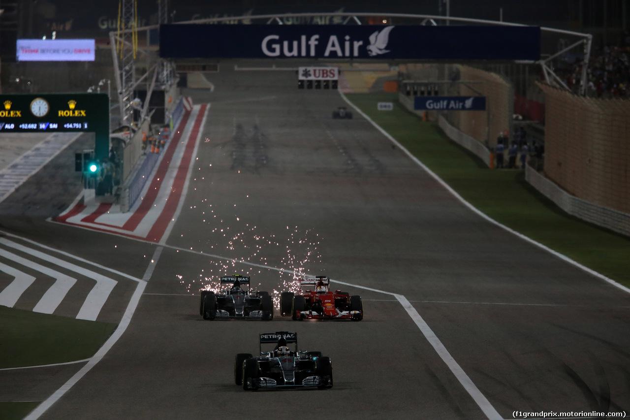 GP BAHRAIN, 19.04.2015 - Gara, Lewis Hamilton (GBR) Mercedes AMG F1 W06 davanti a Nico Rosberg (GER) Mercedes AMG F1 W06 e Sebastian Vettel (GER) Ferrari SF15-T