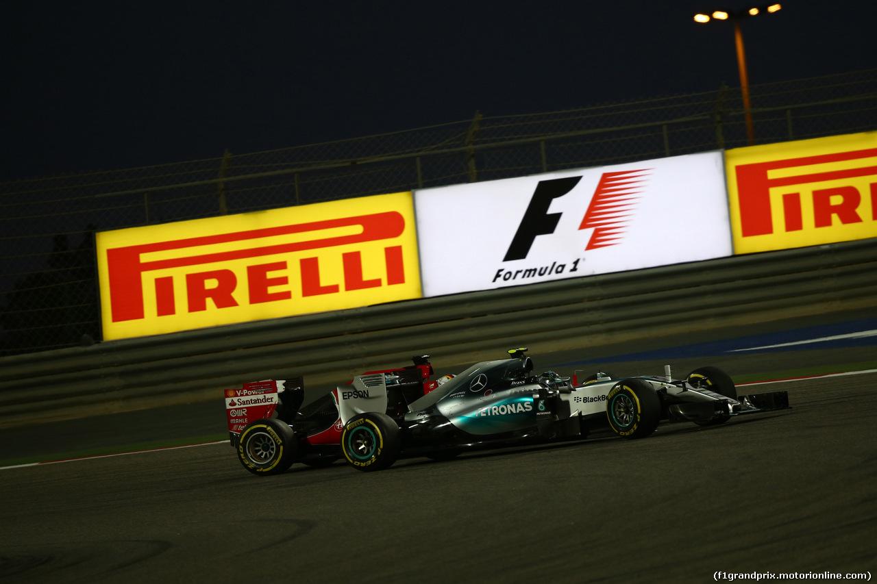GP BAHRAIN, 19.04.2015 - Gara, Kimi Raikkonen (FIN) Ferrari SF15-T e Nico Rosberg (GER) Mercedes AMG F1 W06