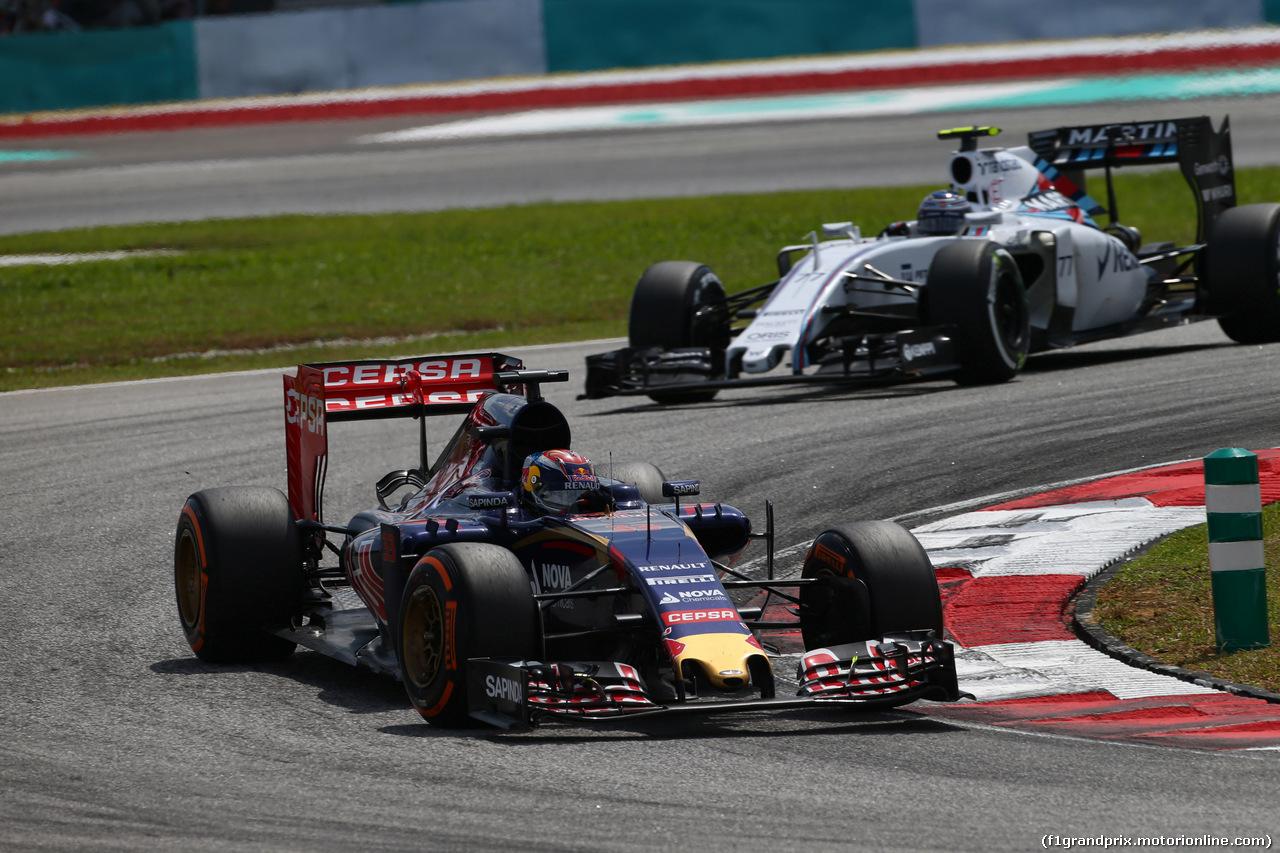 GP MALESIA, 29.03.2015- Gara, Max Verstappen (NED) Scuderia Toro Rosso STR10 davanti a Valtteri Bottas (FIN) Williams F1 Team FW37