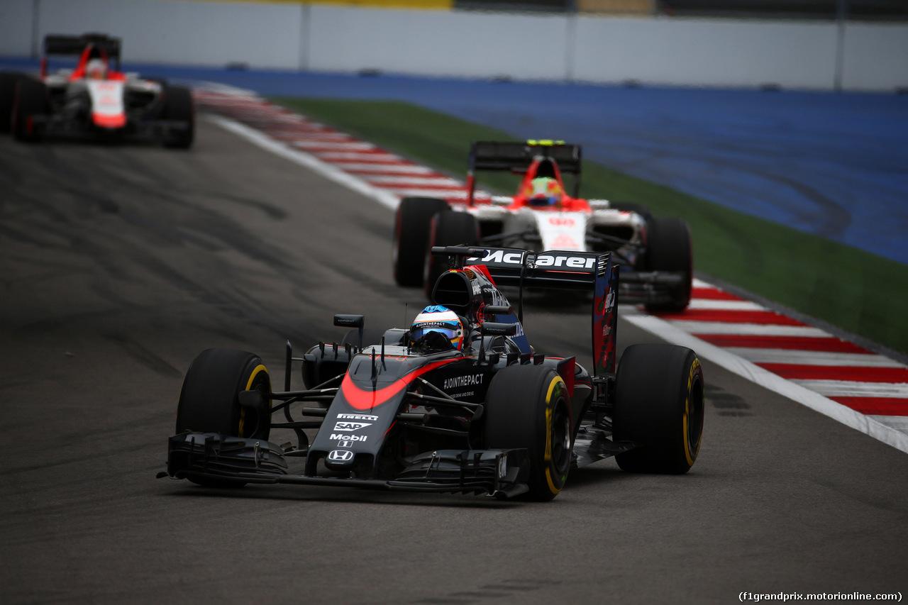 GP RUSSIA, 11.10.2015 - Gara, Fernando Alonso (ESP) McLaren Honda MP4-30 davanti a Roberto Merhi (ESP) Manor Marussia F1 Team