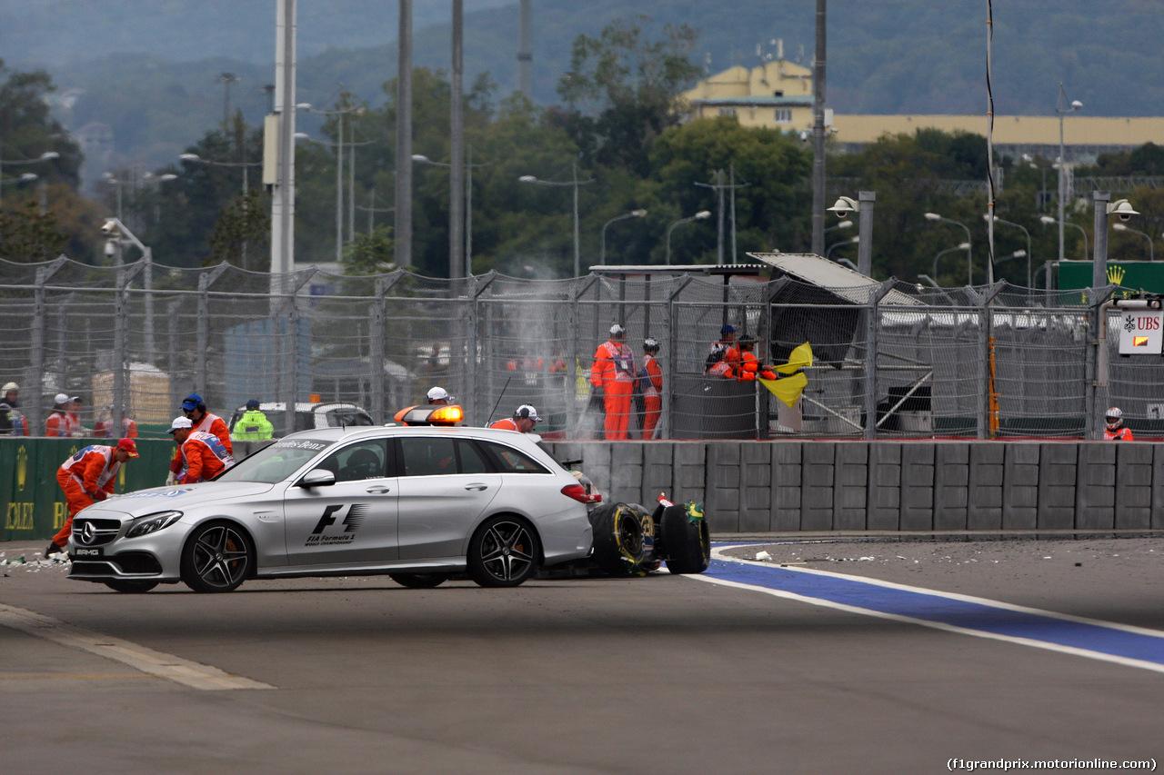 GP RUSSIA, 11.10.2015 - Gara, Crash, Romain Grosjean (FRA) Lotus F1 Team E23