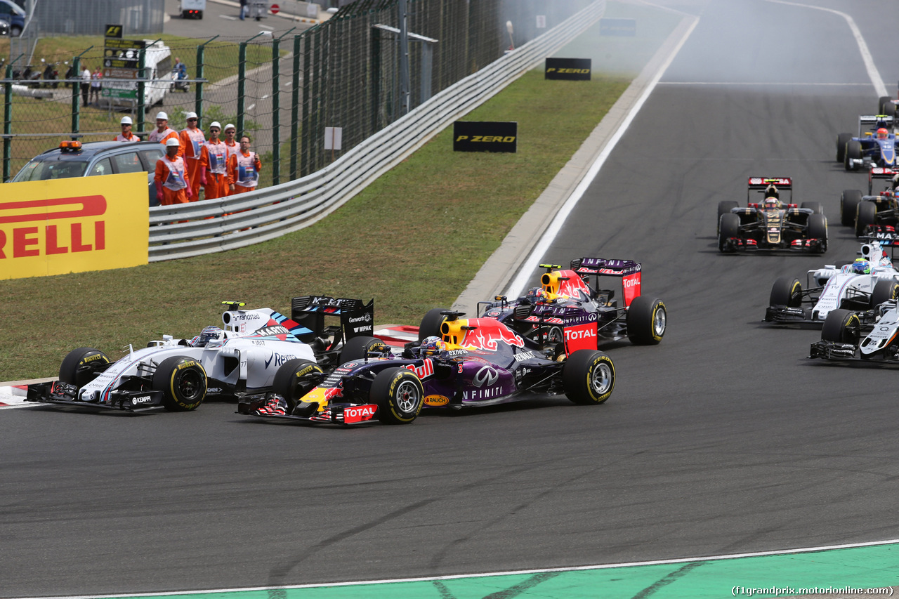 GP UNGHERIA, 26.07.2015 - Gara, Start of the race, Valtteri Bottas (FIN) Williams F1 Team FW37 e Daniel Ricciardo (AUS) Red Bull Racing RB11