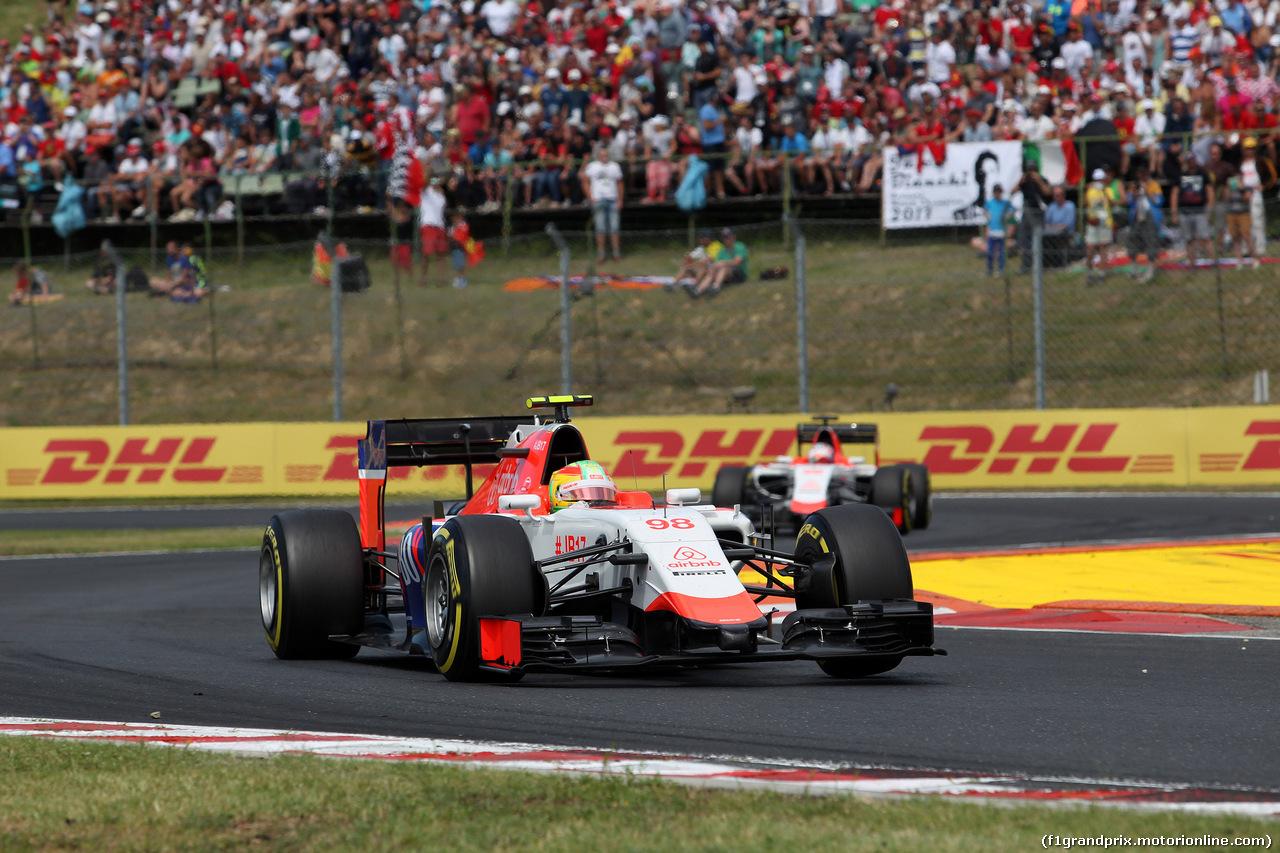 GP UNGHERIA, 26.07.2015 - Gara, Roberto Merhi (ESP) Manor Marussia F1 Team davanti a William Stevens (GBR) Manor Marussia F1 Team