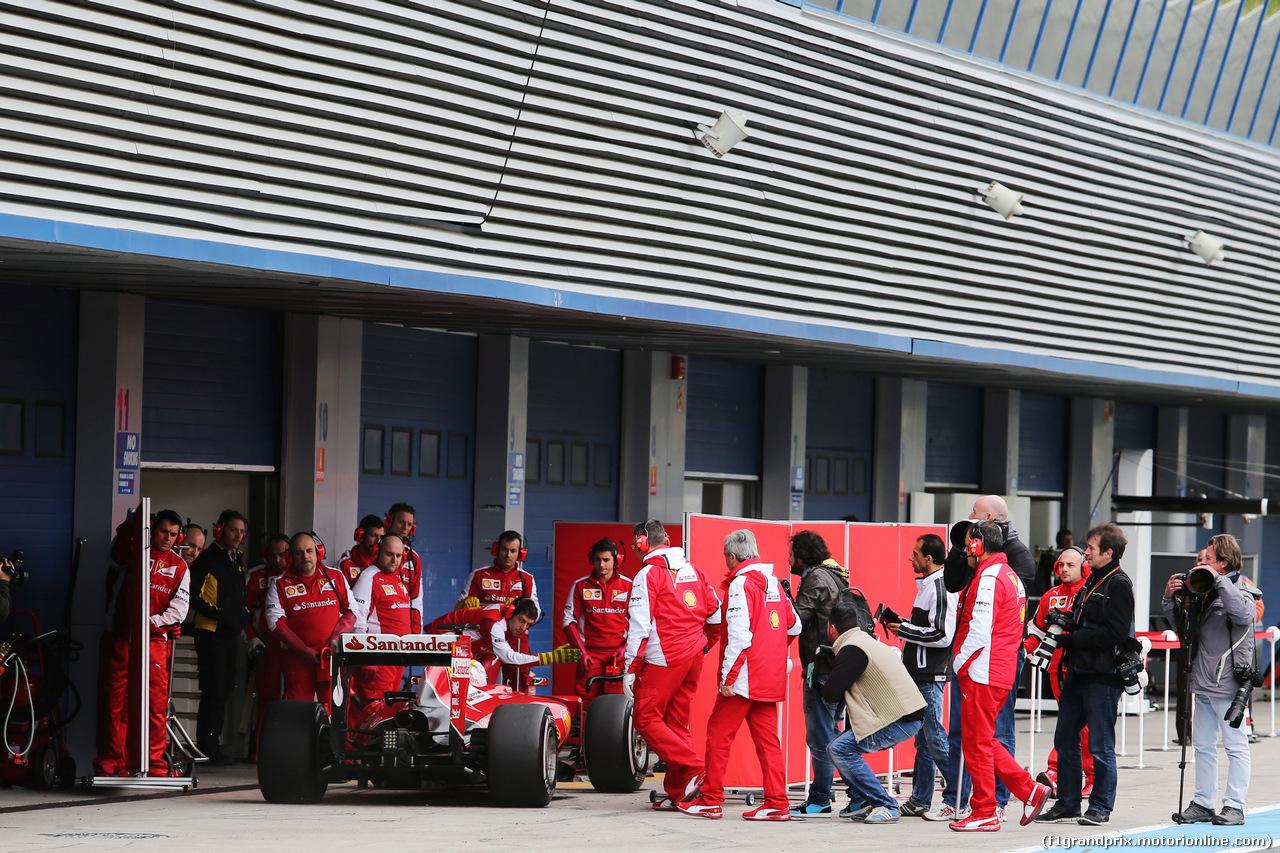 TEST F1 JEREZ 2 FEBBRAIO, Sebastian Vettel (GER) Ferrari SF15-T heads behind the covers in the pits. 02.02.2015.