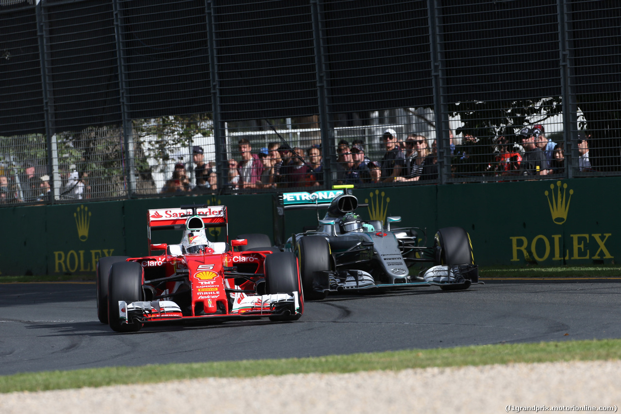 GP AUSTRALIA, 20.03.2016 - Gara, Sebastian Vettel (GER) Ferrari SF16-H e Nico Rosberg (GER) Mercedes AMG F1 W07 Hybrid