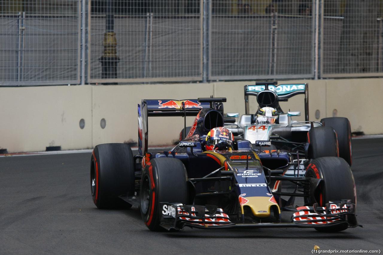 GP EUROPA, 19.06.2016 - Gara, Daniil Kvyat (RUS) Scuderia Toro Rosso STR11 e Lewis Hamilton (GBR) Mercedes AMG F1 W07 Hybrid