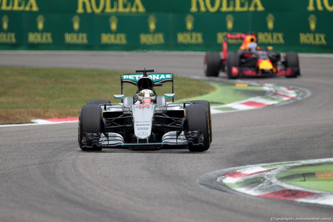 GP ITALIA, 04.09.2016 - Gara, Lewis Hamilton (GBR) Mercedes AMG F1 W07 Hybrid davanti a Daniel Ricciardo (AUS) Red Bull Racing RB12