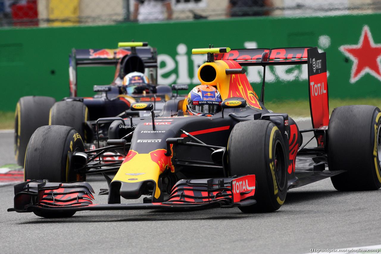 GP ITALIA, 04.09.2016 - Gara, Max Verstappen (NED) Red Bull Racing RB12 davanti a Carlos Sainz Jr (ESP) Scuderia Toro Rosso STR11