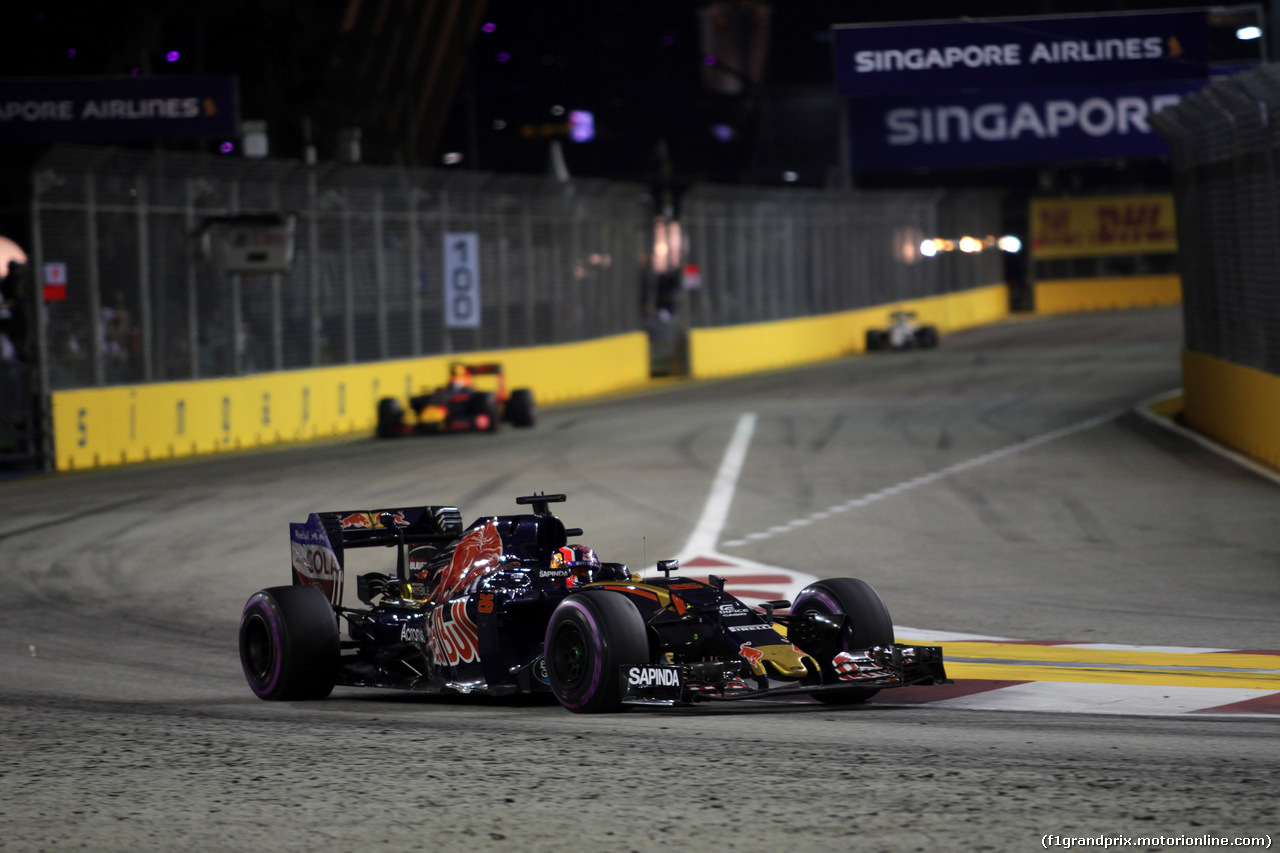 GP SINGAPORE, 18.09.2016 - Gara, Daniil Kvyat (RUS) Scuderia Toro Rosso STR11 davanti a Max Verstappen (NED) Red Bull Racing RB12