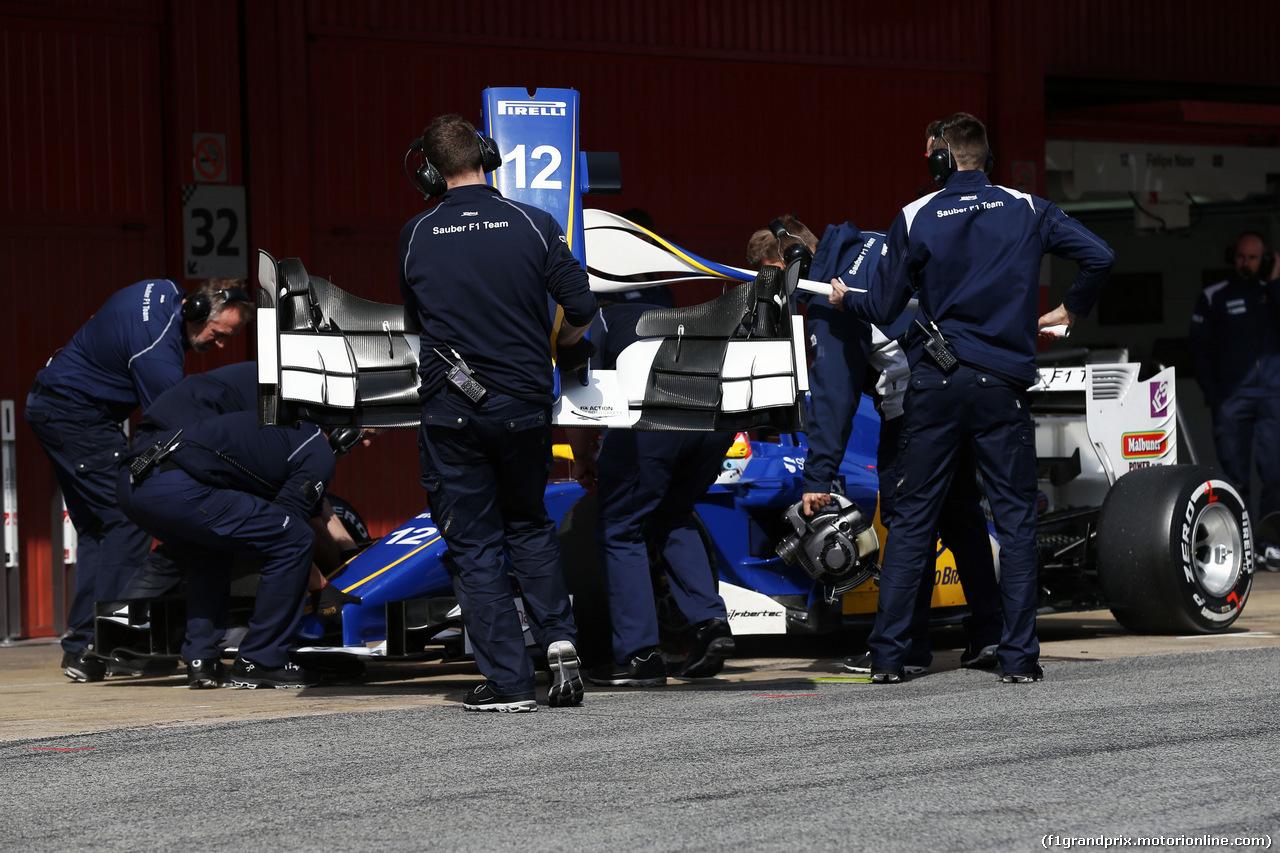 TEST F1 BARCELLONA 24 FEBBRAIO, Felipe Nasr (BRA) Sauber C34 changes a front wing. 24.02.2016.