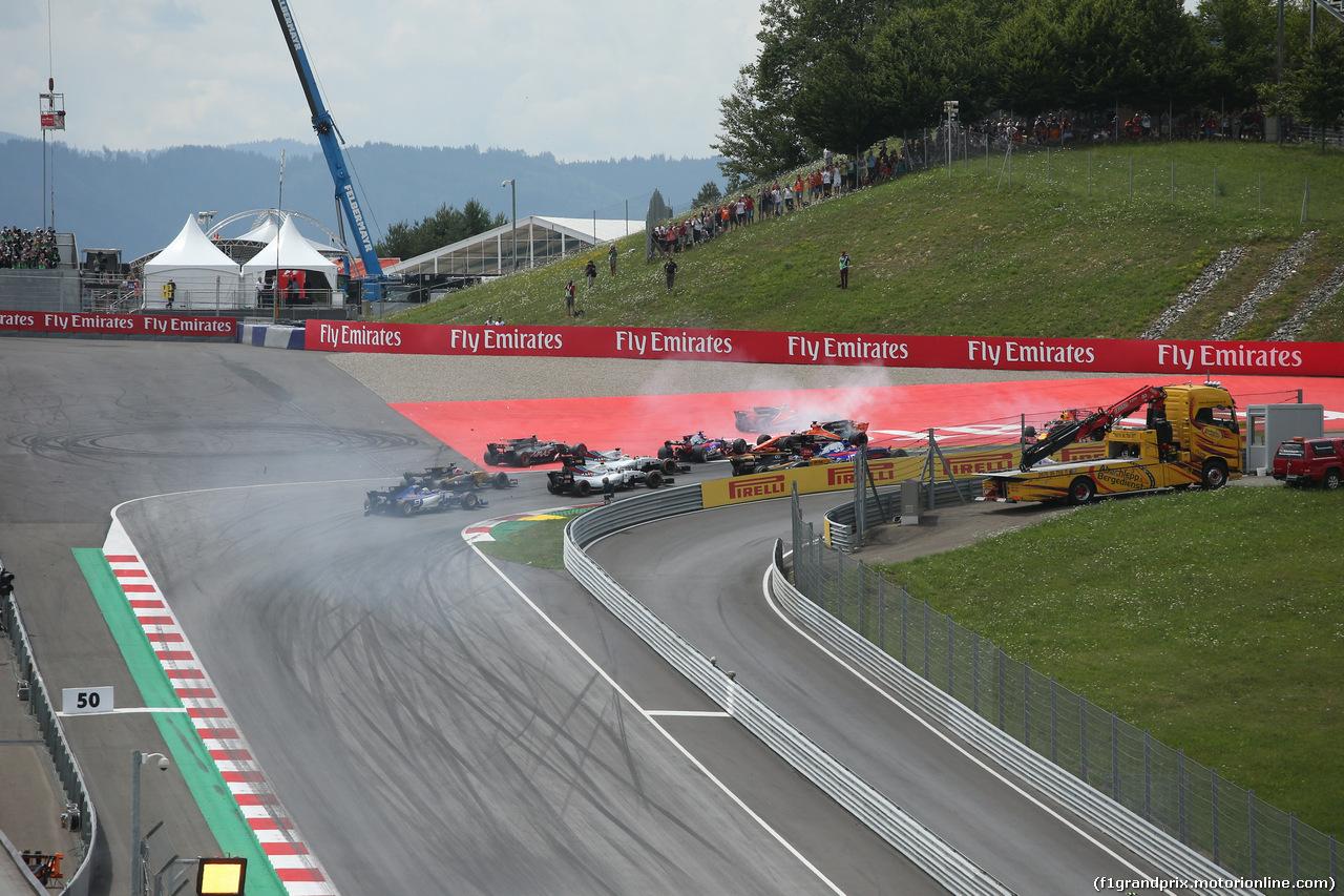 GP AUSTRIA, 09.07.2017- Gara, The crash involving Daniil Kvyat (RUS) Scuderia Toro Rosso STR12, Fernando Alonso (ESP) McLaren Honda MCL32 e Max Verstappen (NED) Red Bull Racing RB13 at the first corner