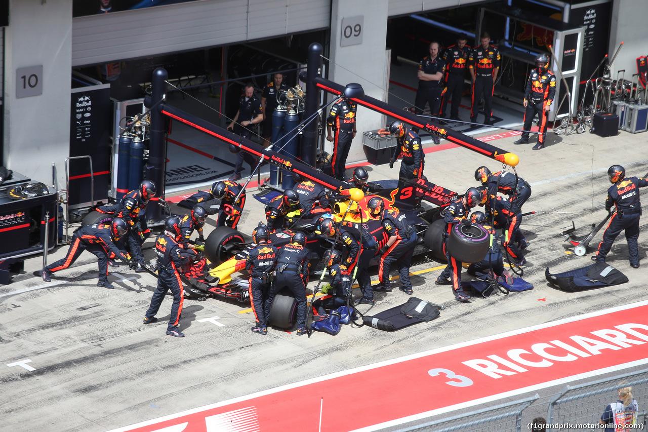 GP AUSTRIA, 09.07.2017- Daniel Ricciardo (AUS) Red Bull Racing RB13 during pit stop