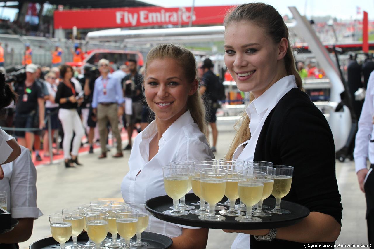 GP AUSTRIA, 09.07.2017- Champagne in Mercedes Garage