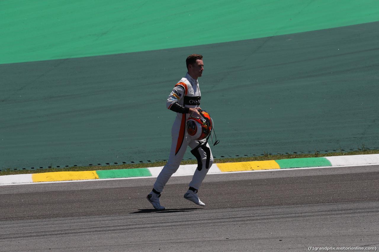 GP BRASILE, 12.11.2017 - Gara, Stoffel Vandoorne (BEL) McLaren MCL32 retires from the race