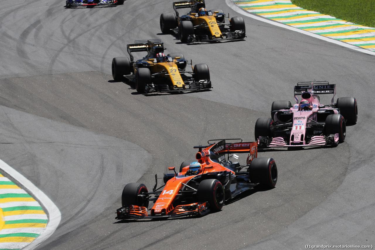 GP BRASILE, 12.11.2017 - Gara, Fernando Alonso (ESP) McLaren MCL32 e Sergio Perez (MEX) Sahara Force India F1 VJM010