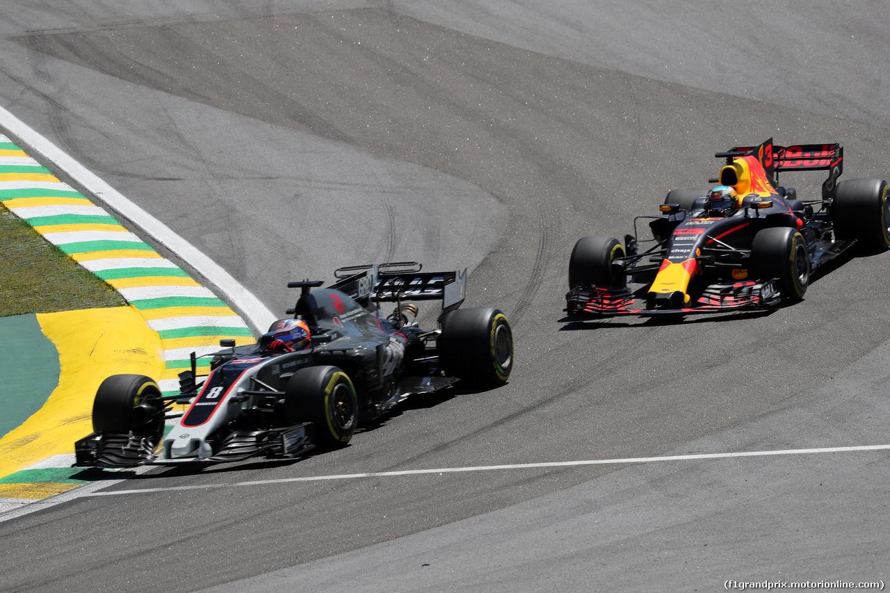 GP BRASILE, 12.11.2017 - Gara, Romain Grosjean (FRA) Haas F1 Team VF-17 e Daniel Ricciardo (AUS) Red Bull Racing RB13