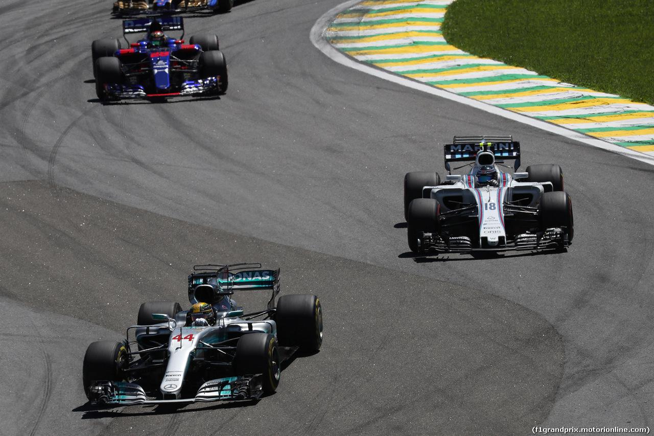 GP BRASILE, 12.11.2017 - Gara, Lewis Hamilton (GBR) Mercedes AMG F1 W08 e Lance Stroll (CDN) Williams FW40