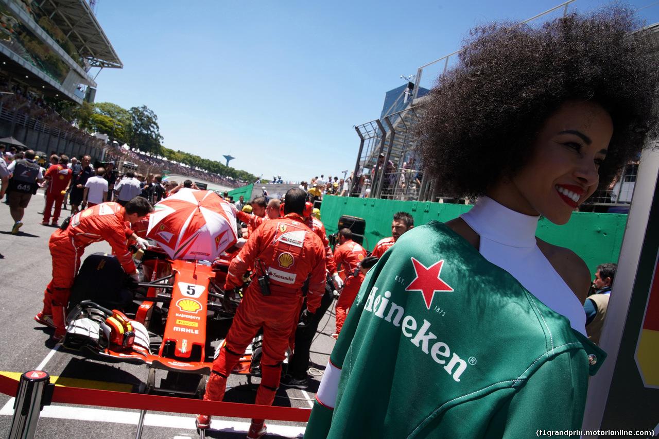 GP BRASILE, 12.11.2017 - Gara, Sebastian Vettel (GER) Ferrari SF70H e griglia Ragazza
