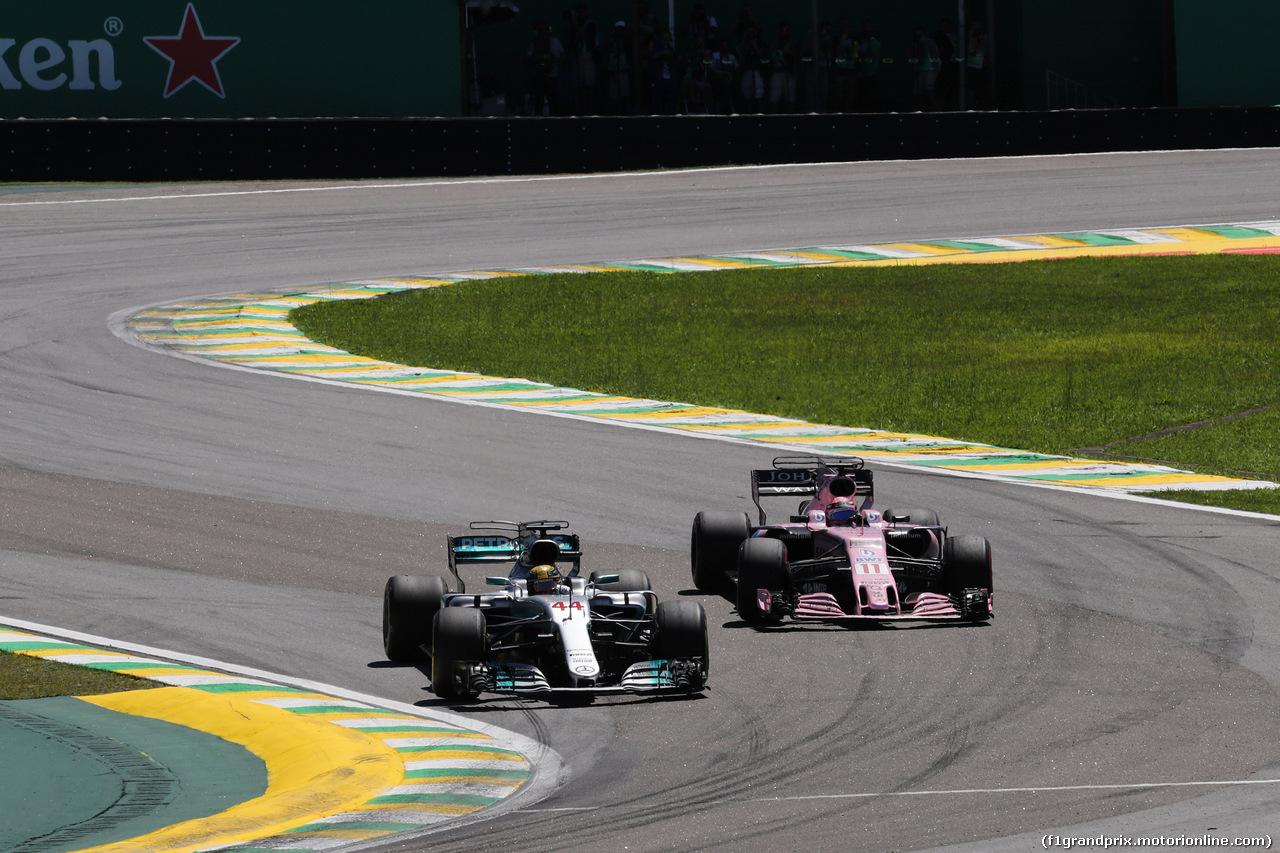 GP BRASILE, 12.11.2017 - Gara, Lewis Hamilton (GBR) Mercedes AMG F1 W08 e Sergio Perez (MEX) Sahara Force India F1 VJM010